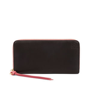 芸能人役柄:バディを組むファッションライターがセシルのもくろみで着用した衣装財布