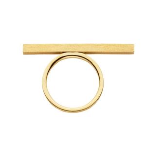 芸能人役柄:バディを組むファッションライターがセシルのもくろみで着用した衣装指輪