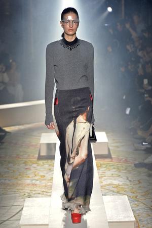 芸能人がネットで着用した衣装ロングスカート