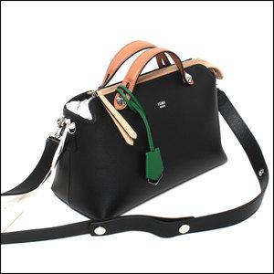 芸能人役柄:No.1カバーモデルがセシルのもくろみで着用した衣装バッグ