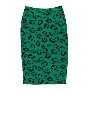 芸能人役柄:クールな編集部デスクがセシルのもくろみで着用した衣装スカート