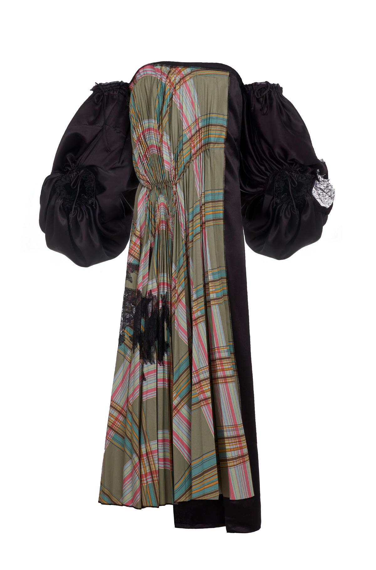 芸能人役柄:元No.2モデル、テレビのコメンテーターがセシルのもくろみで着用した衣装ジュエリー、ワンピース