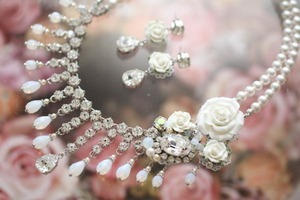 芸能人がなら婚で着用した衣装ネックレス