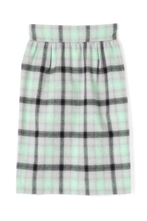 芸能人がInstagramで着用した衣装トップスとスカート