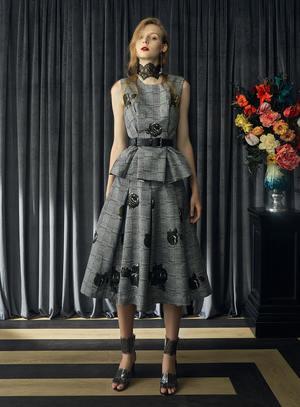 芸能人がウェブで着用した衣装ブラウス/スカート