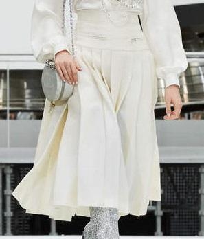 芸能人がアナザースカイで着用した衣装ブラウス、スカート