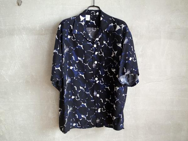 芸能人がInstagramで着用した衣装パンツ、シャツ