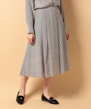 芸能人役柄・過干渉の母親が明日の約束で着用した衣装スカート