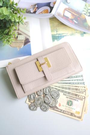 芸能人役柄・過干渉の母親が明日の約束で着用した衣装財布