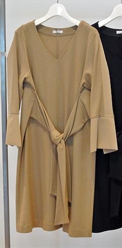 芸能人4話ゲスト・豪邸に住むママ友が奥様は、取り扱い注意で着用した衣装ワンピース