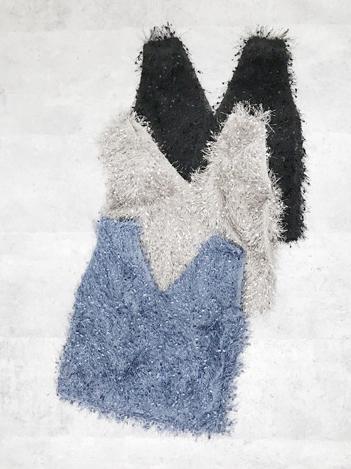 芸能人がにじいろジーンで着用した衣装ニット