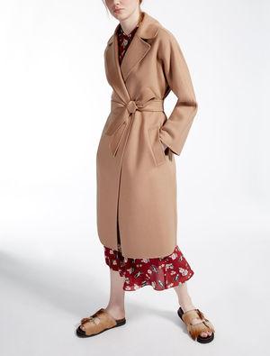 芸能人役柄:知的なお隣さんが奥様は、取り扱い注意で着用した衣装コート
