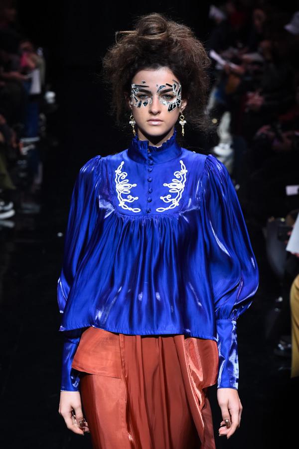 芸能人がライオンのグータッチで着用した衣装スカート、ブラウス
