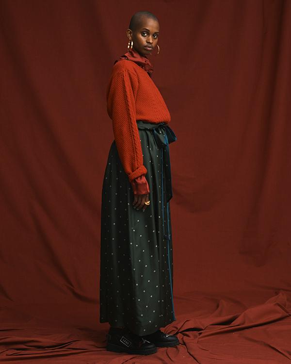芸能人がライオンのグータッチで着用した衣装スカート