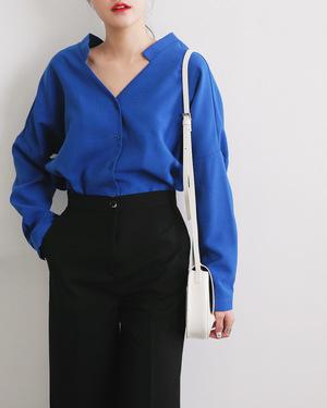 芸能人愛川由紀・旅行代理店勤務があなたには帰る家があるで着用した衣装ブラウス