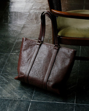 芸能人桜井美咲・未解決事件捜査班の班長がシグナル 長期未解決事件捜査班で着用した衣装バッグ