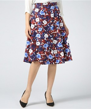 芸能人舘林美憂・転職斡旋サーチ会社SAGASUのリサーチャーがヘッドハンターで着用した衣装スカート
