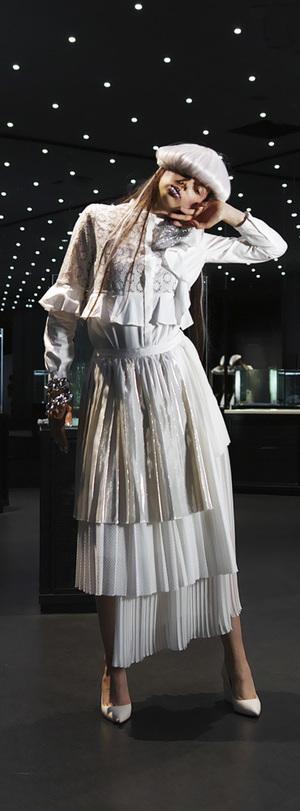 芸能人がメレンゲの気持ちで着用した衣装ブラウス