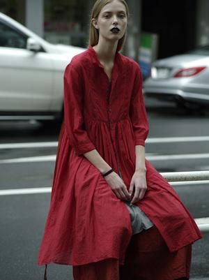芸能人がアコムのコマーシャルで着用した衣装赤いワンピース