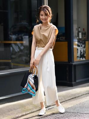 芸能人がワールドビジネスサテライトで着用した衣装ブラウス