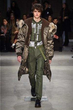 芸能人がInstagramで着用した衣装シャツ