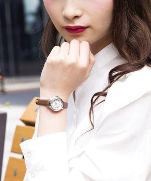芸能人新庄千秋・図書館で出会った女性が高嶺の花で着用した衣装時計