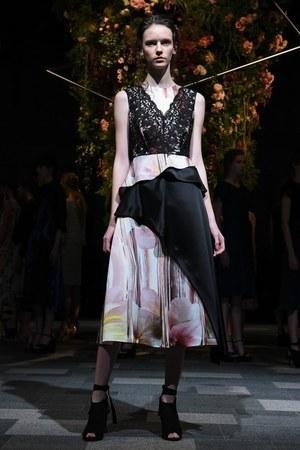 芸能人月島ルリ子・ももの継母が高嶺の花で着用した衣装スカート