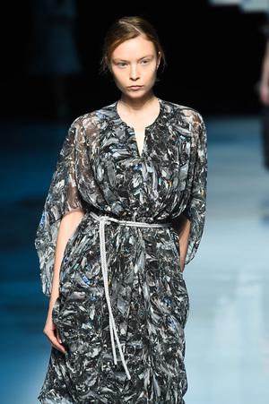 芸能人月島ルリ子・ももの継母が高嶺の花で着用した衣装ワンピース