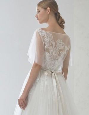 芸能人黒木さやか・半年以内に結婚しなければならない出版社社員がサバイバル・ウェディングで着用した衣装ウェディングドレス