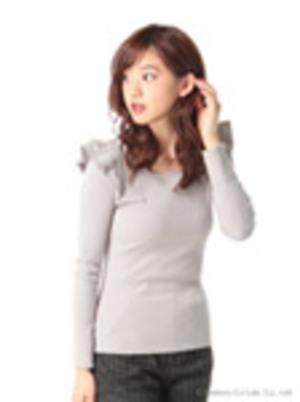 芸能人大島優子が銭の戦争で着用した衣装カットソー