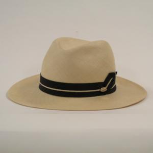 芸能人がここは退屈迎えに来てで着用した衣装帽子