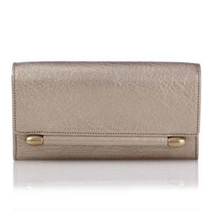 芸能人がBAILAで着用した衣装財布