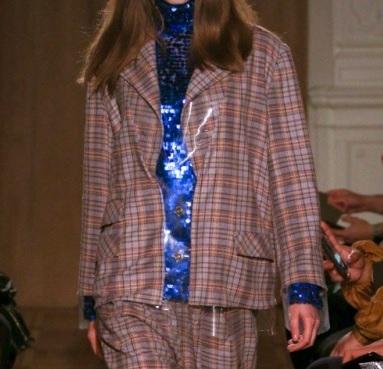 芸能人がライオンのグータッチで着用した衣装アウター