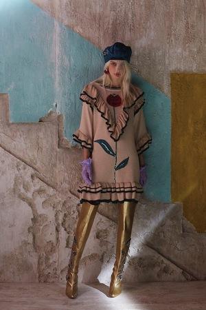 芸能人がInstagramで着用した衣装ブラウス