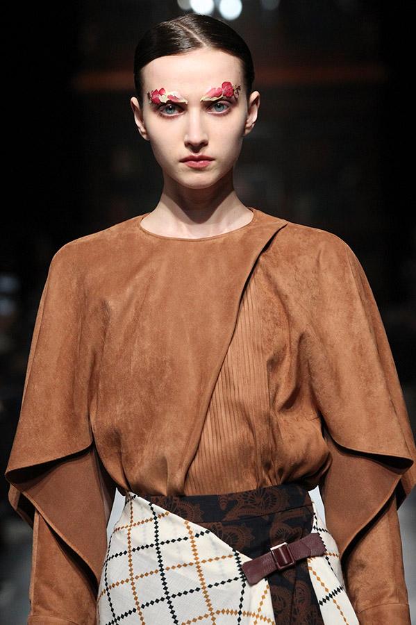 芸能人が世界一受けたい授業で着用した衣装ブラウス、スカート