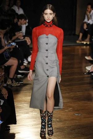 芸能人がファッションショーで着用した衣装ワンピース