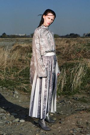 芸能人がInstagramで着用した衣装ブラウス/スカート