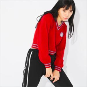 芸能人が「コカ・コーラ」福ボトル開運自販機PRイベントで着用した衣装ニット/セーター