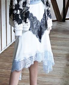 芸能人がメレンゲの気持ちで着用した衣装スカート、ブラウス