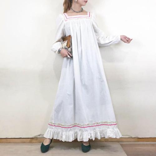 芸能人が教えてもらう前と後で着用した衣装ワンピース