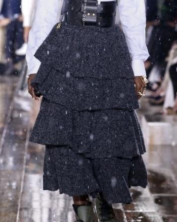 芸能人がイベント ディオール新リップ発売で着用した衣装スカート、ベルト、ブラウス、バッグ