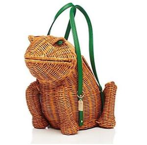 芸能人が海外で着用した衣装バッグ