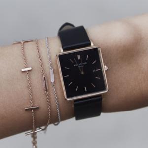 芸能人が東京二十三区女で着用した衣装時計