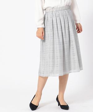 芸能人が向かいのバズる家族で着用した衣装スカート