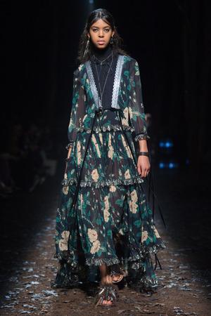 芸能人が3D彼女で着用した衣装ドレス
