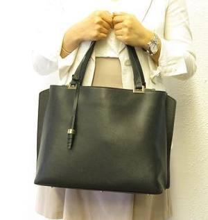 芸能人がミステリなふたりで着用した衣装バッグ