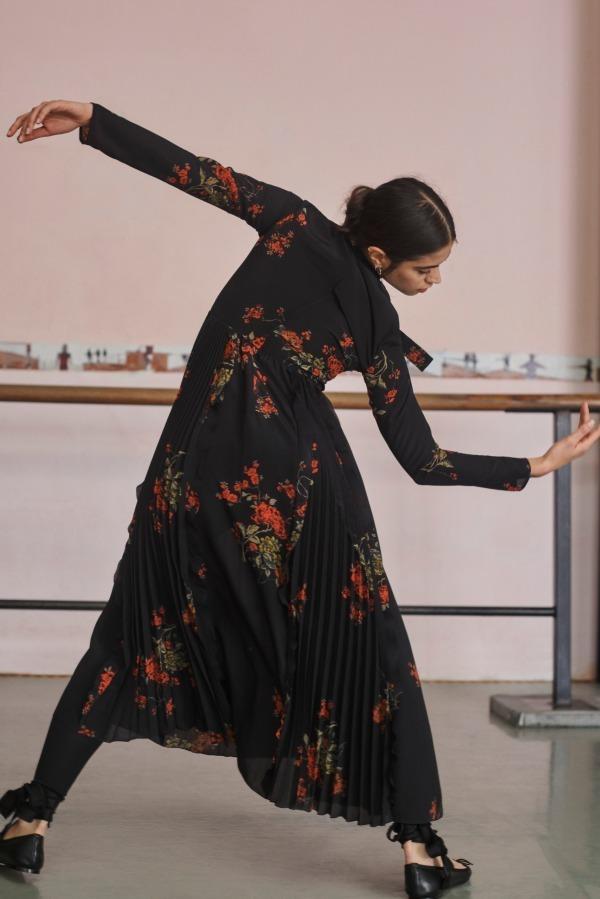 芸能人が完成披露試写会 楽園で着用した衣装ワンピース