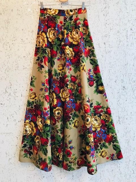 芸能人が記者会見 キャッシュレス・ポイント還元事業開始宣言で着用した衣装スカート、ニット