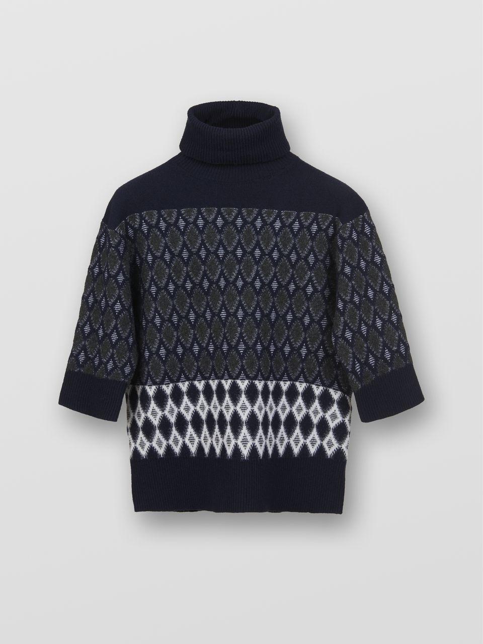 芸能人が記者会見 屍人荘の殺人で着用した衣装ニット、シャツ