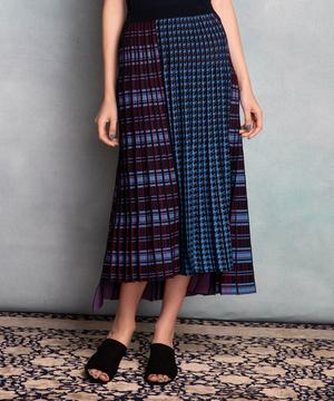 芸能人がサタデーネクストで着用した衣装スカート